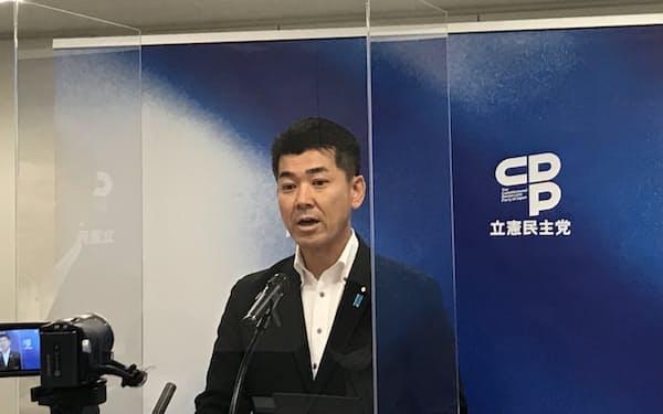記者会見する立憲民主党の泉健太政調会長