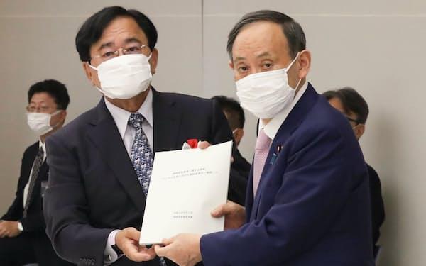 規制改革答申を受けた菅首相㊨。政権ど真ん中を貫けるか