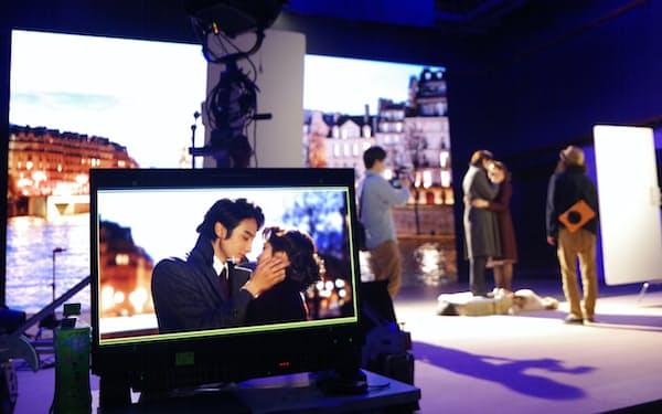 ソニーグループはマイクロLEDの巨大モニターに映画撮影用の背景を映す(5月、東京都の東宝スタジオ)