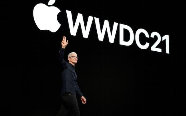 7日、次期OSで個人データ保護機能を強化すると発表した米アップルのクックCEO=ロイター