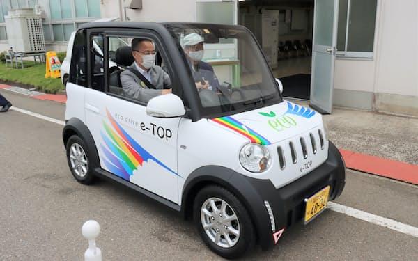 TOPの超小型EVに試乗する杉本達治知事(福井県越前市)