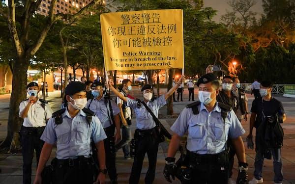 4日、天安門事件の追悼集会を阻止する香港警察=ロイター