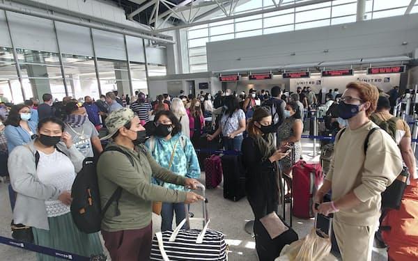米国ではワクチン接種の広がりとともに空の旅も増えている(テキサス州ヒューストンの空港)=AP