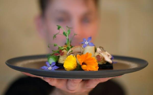 パリのレストランInoveatが提供している昆虫を利用した料理(5月)=ロイター
