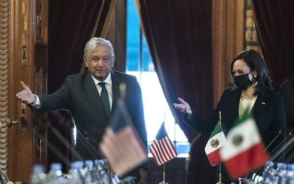 会談にのぞむハリス米副大統領㊨とメキシコのロペスオブラドール大統領(8日、メキシコシティ)=AP