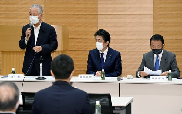 半導体戦略推進議員連盟であいさつする甘利氏(左)ら(5月28日、東京・永田町)