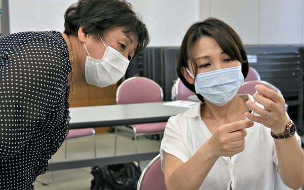 潜在看護師らがワクチンの希釈や充塡などを研修した(9日、甲府市の山梨県看護協会)