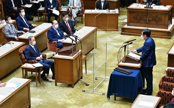 討論する菅首相(左)と立憲民主党の枝野代表(9日)