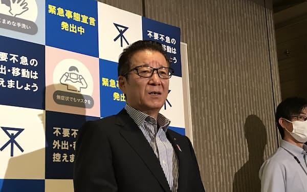 記者団の取材に応じる大阪市の松井一郎市長(9日、大阪市役所)
