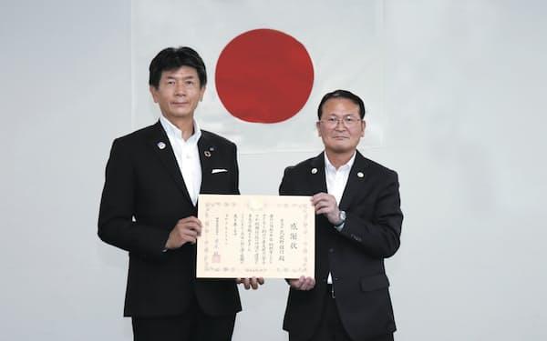 武蔵野銀行の長堀頭取㊧が大宮税務署の船見署長から感謝状を受け取った(9日、大宮税務署)