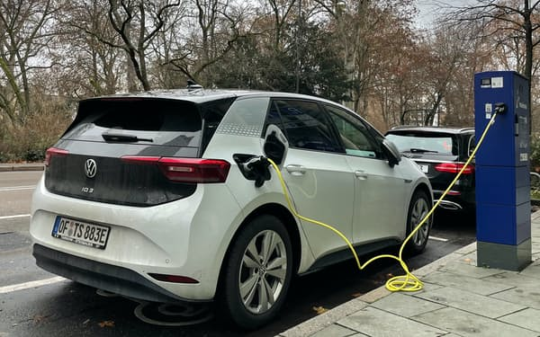 充電中のフォルクスワーゲン(VW)の電気自動車(EV)「ID.3」(独フランクフルト)