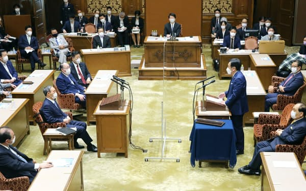 討論する菅首相(左)と立憲民主党の枝野代表(9日、国会内)