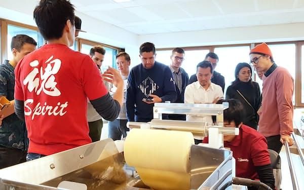 大和製作所は製麺機の使い方を海外拠点で実演しPRする(2020年、オランダ)