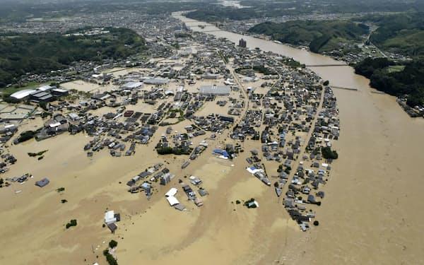 豪雨の影響で熊本県人吉市で氾濫した球磨川=2020年7月