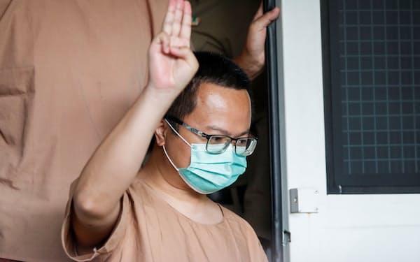 不敬罪で起訴されたデモ隊指導者のアノン弁護士=ロイター