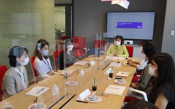 資生堂は女性社員が女性役員(奥)と悩みや課題を共有する研修を始めた