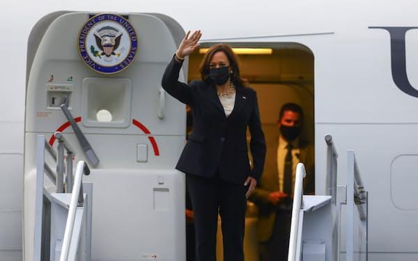 歴訪を終えてメキシコを出発するハリス米副大統領(8日)=ロイター