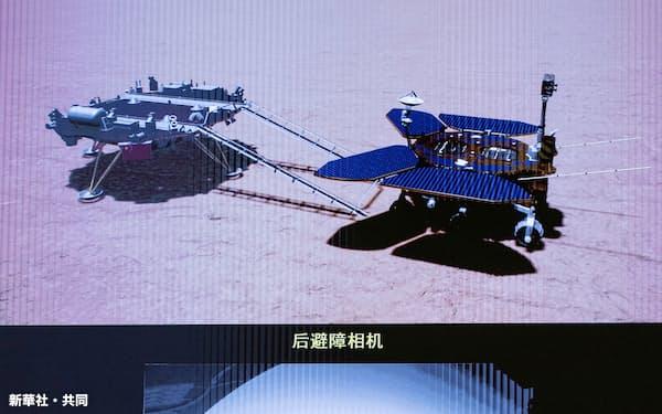 中国の火星探査車「祝融」(上画面の右側)の走行イメージなどを映すモニター=北京の宇宙飛行コントロールセンター(新華社=共同)