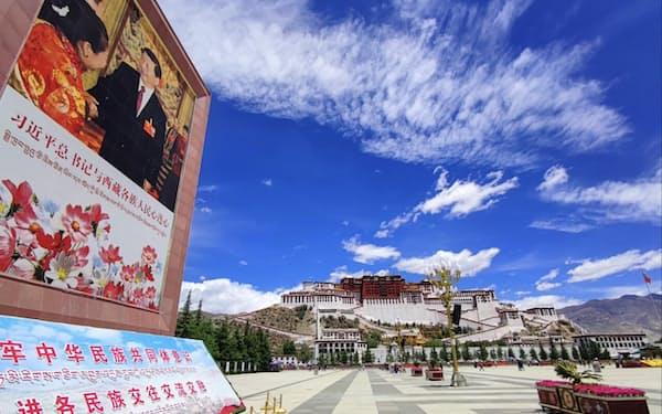 ポタラ宮前の広場には習近平国家主席の大きな写真が掲げられていた(ラサ市、6月)