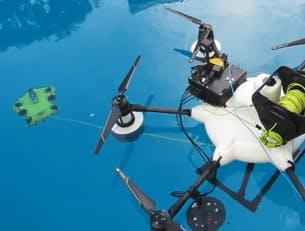KDDIが開発した水空両用型ドローンは機体から水中ドローンを分離する