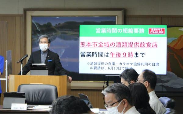 熊本市内の酒類提供店への時短要請継続を発表する、熊本県の蒲島知事(10日、県庁)