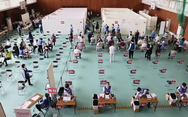 福岡県が開設した新型コロナウイルスのワクチン接種センター(7日、福岡県田川市)