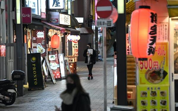 閑散とする飲食店街(7日、東京都新宿区)