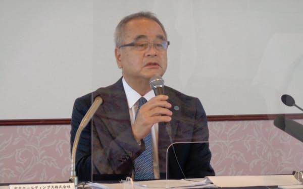決算を発表する、宮交HDの菊池克頼社長(10日、宮崎市)