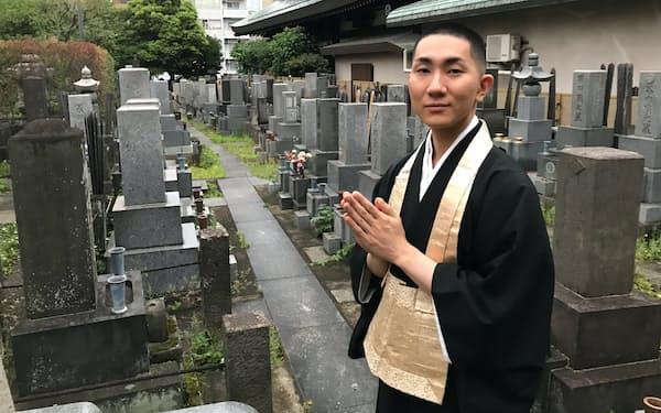 「心に性別はない」と話す浄土宗の僧侶、西村宏堂さん。性差のない戒名などジェンダーレスな終活を支える