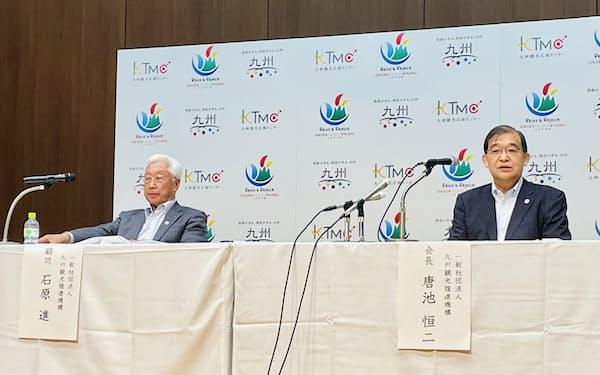 九州観光推進機構の会長に就任した唐池氏(右、10日、福岡市)