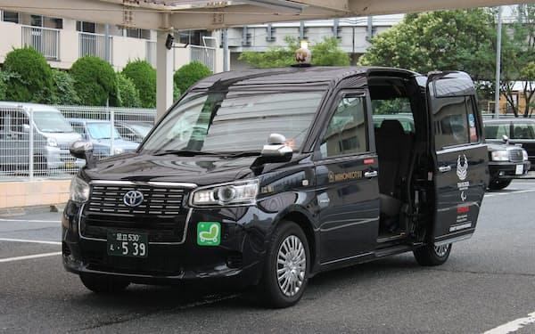 感染予防を施して改造したタクシーで患者を送迎する