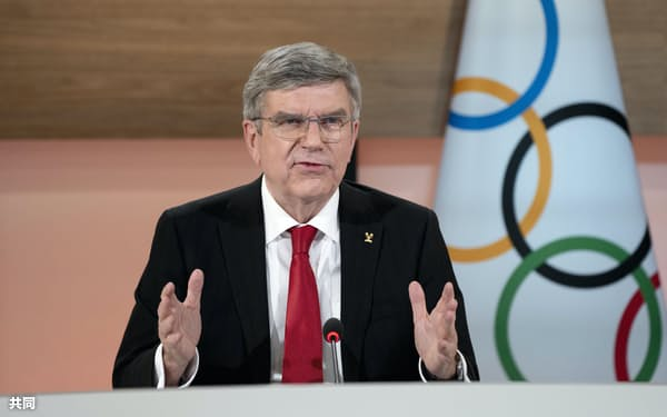 3月、記者会見するバッハ会長(スイス・ローザンヌ9=IOC提供・共同
