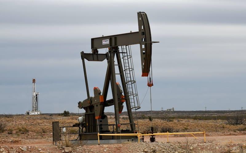 石油メジャーは設備投資を縮小してきた(ニューメキシコ州のオイルポンプ)=ロイター