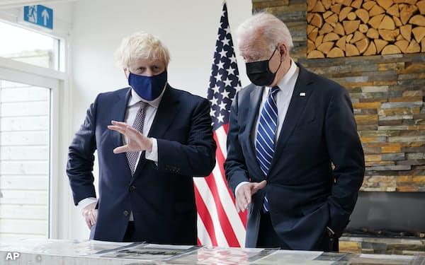大西洋憲章の写しを閲覧するバイデン米大統領とジョンソン英首相=AP
