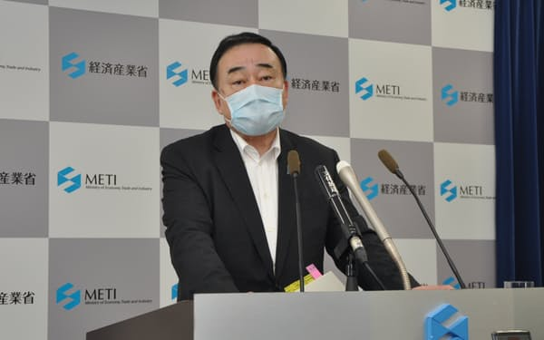 経産相は東芝の株主総会を巡る報告書に関し「内容を慎重に検討のうえ対応を考える」と述べた(11日、東京都千代田区)