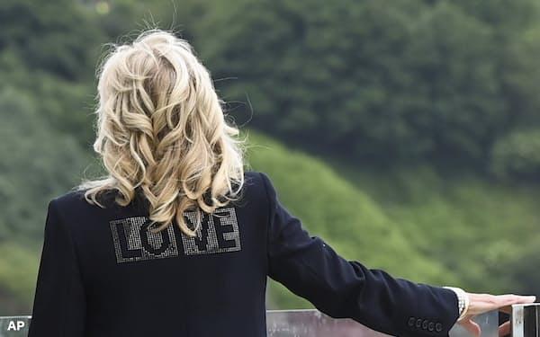 「LOVE」という文字が入った衣装を着用したジル米大統領夫人の後ろ姿=AP