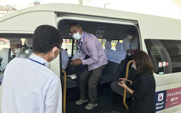 実証実験に先立つ試乗会では市民代表らがデマンドタクシーに試乗した(10日、日立市)