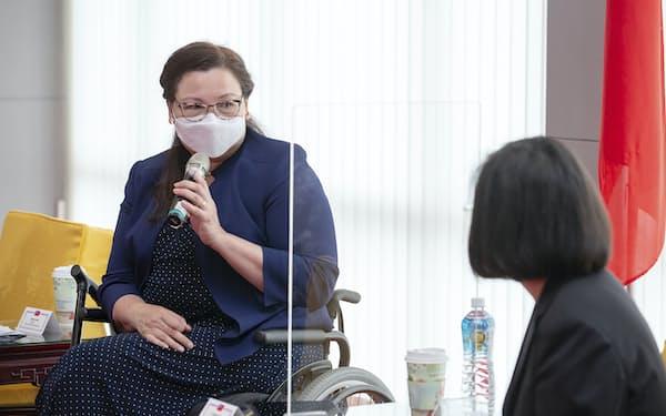 台湾の蔡英文総統と会談するダックワース氏(6日、台北)=AP