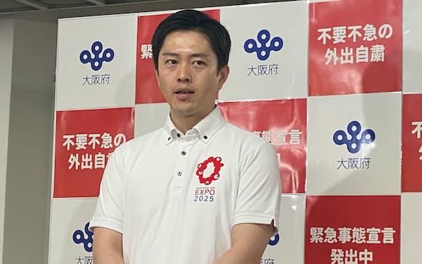 記者団の取材に応じる吉村知事(11日、大阪府庁)