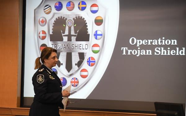 米FBIなどとの協力による国際的なおとり捜査で800人以上の犯罪者を逮捕した「トロイの盾作戦」について説明するオーストラリア警察の担当者=AP