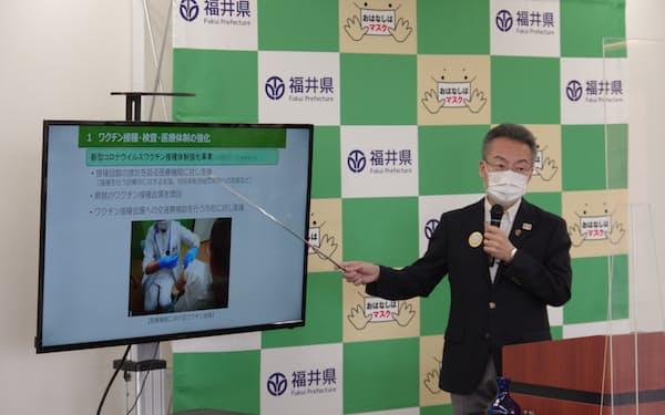 ワクチン接種について発表する福井県の杉本達治知事(11日、福井県庁)