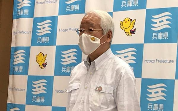 取材に応じる井戸敏三知事(11日、神戸市)