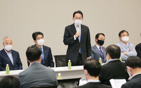 自身が立ち上げた議連であいさつする岸田前政調会長㊥(11日午後、国会内)