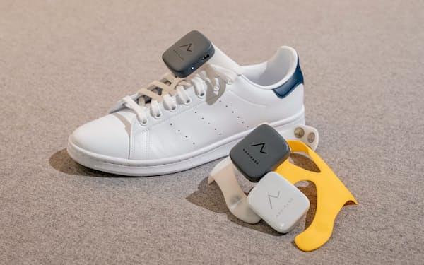 ホンダ発スタートアップが開発した視覚障害者用の歩行補助機器。靴に取り付けて振動で進行方向を伝える