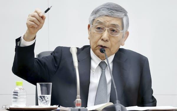 金融政策決定会合後、記者会見する日銀の黒田総裁=4月、日銀本店(代表撮影)