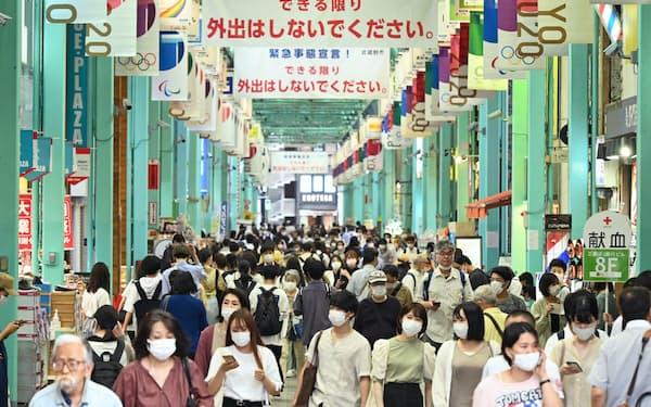 マスク姿で商店街を行き交う人たち(8日、東京都武蔵野市)