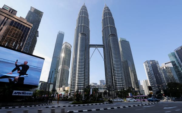 ロックダウンで交通量が激減したマレーシアの首都クアラルンプールの中心部(1日)=ロイター