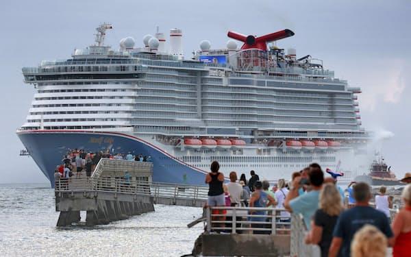 クルーズ船大手カーニバルは、ワクチン接種者のみを乗客として受け入れる(フロリダ州の港に到着するカーニバルのクルーズ船)=AP
