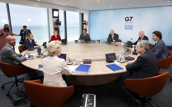 G7サミットで初日の討議に臨む首脳(11日、英コーンウォール)=代表撮影・共同