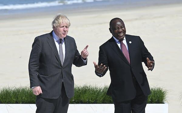 G7サミット議長のジョンソン英首相(左)は、南アフリカのラマポーザ大統領(右)などオンライン出席含めて4カ国をゲストとして招いた=AP